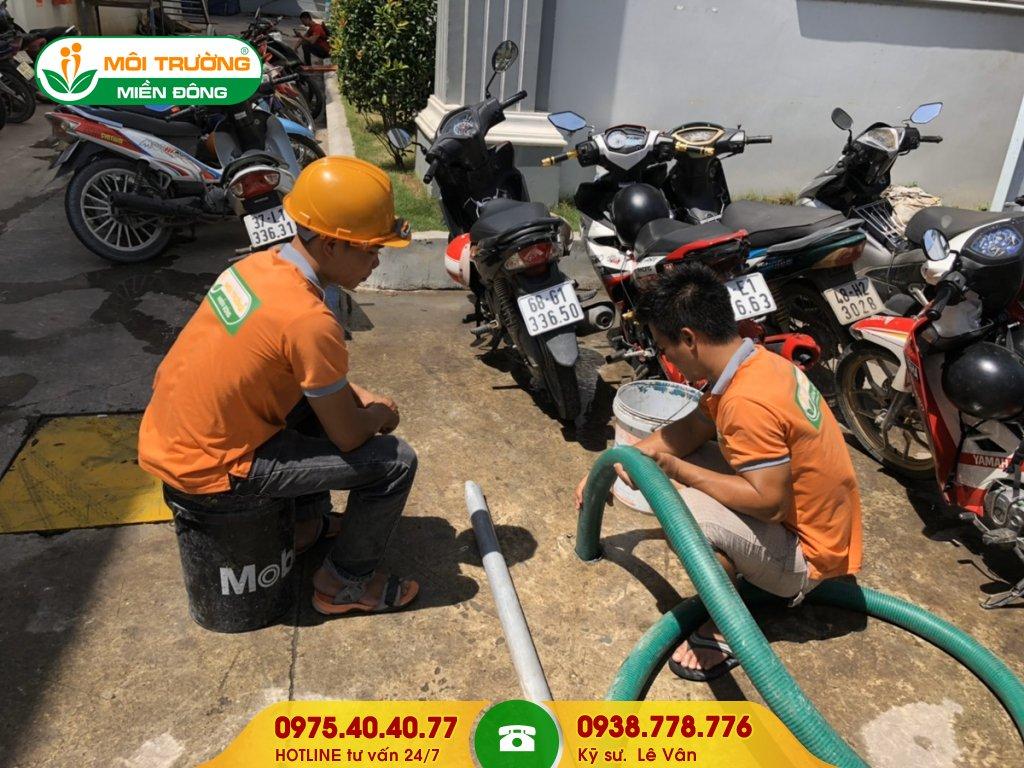 Đội thợ hút hầm cầu công ty