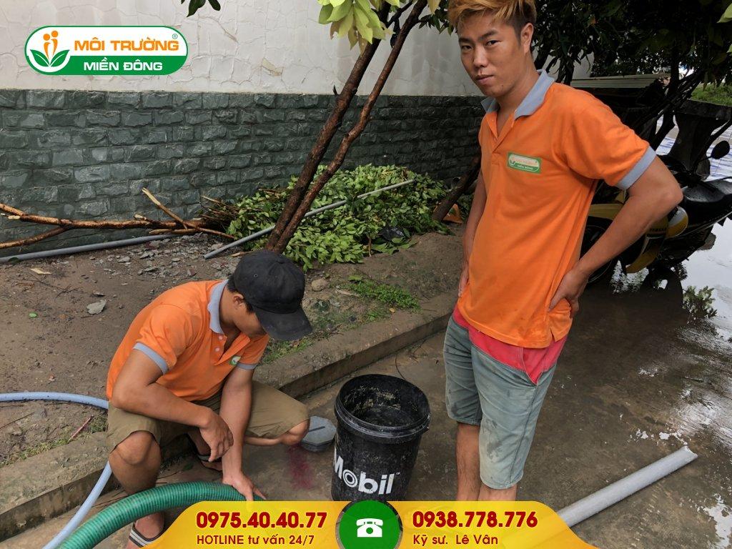 Đội thợ hút hầm cầu hộ gia đình