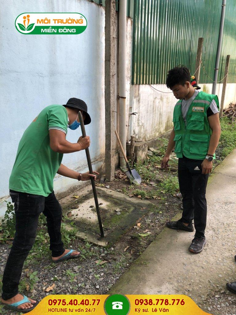 Đội thợ nạo vét hố ga nhà trọ