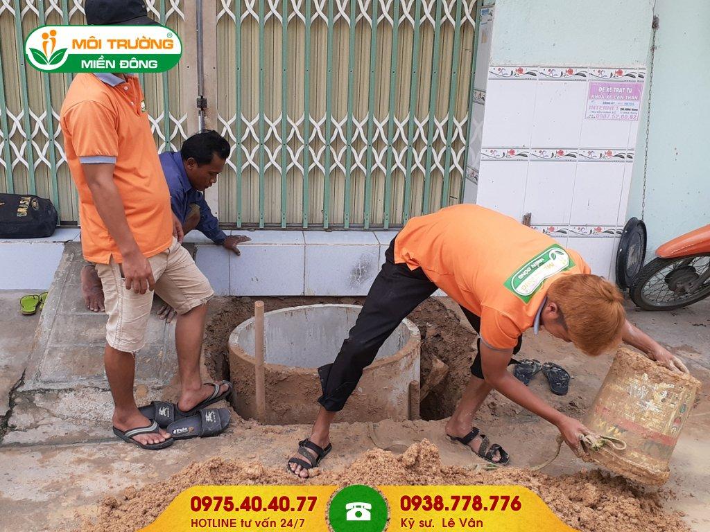 Đội thợ sửa chữa hầm cầu