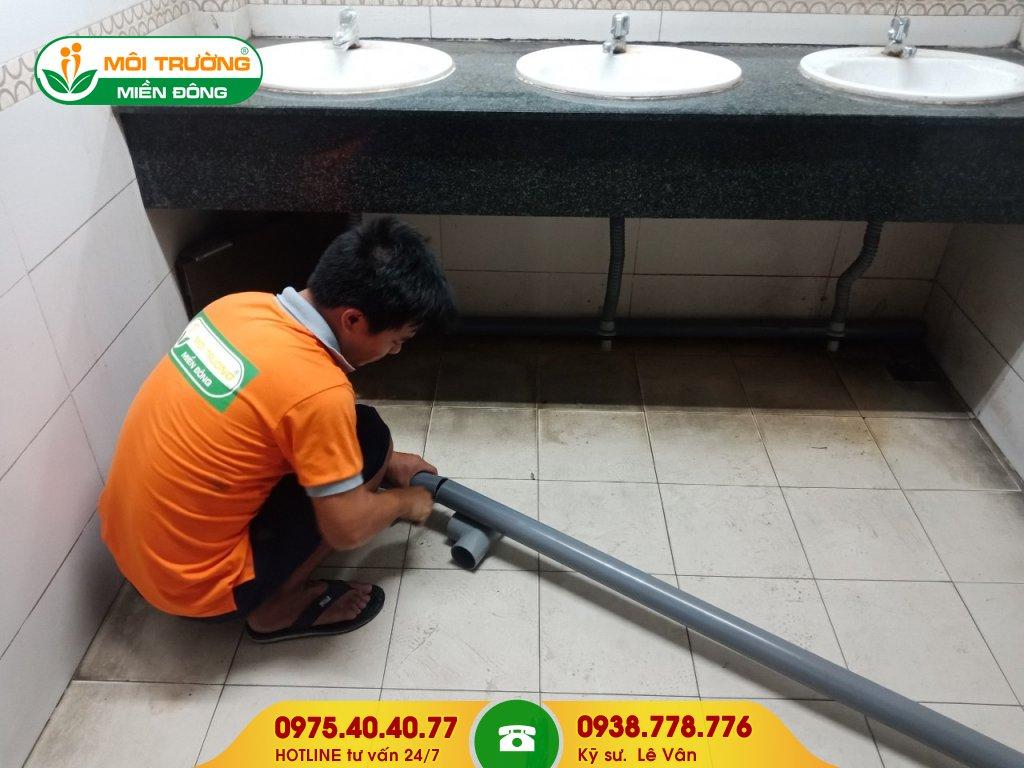 Đội thợ sửa chữa nhà vệ sinh