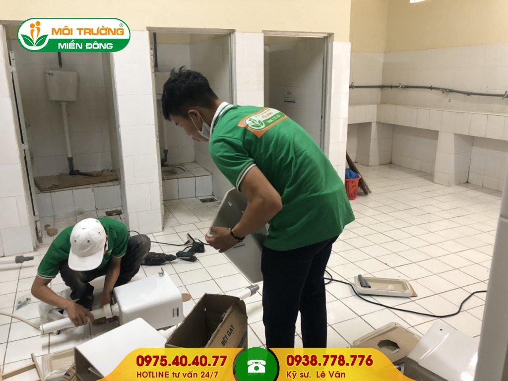Đội thợ sửa chữa nhà vệ sinh cụm công nghiệp