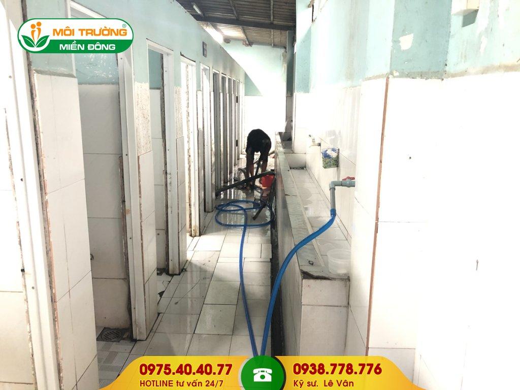 Đội thợ sửa chữa nhà vệ sinh khu công nghiệp