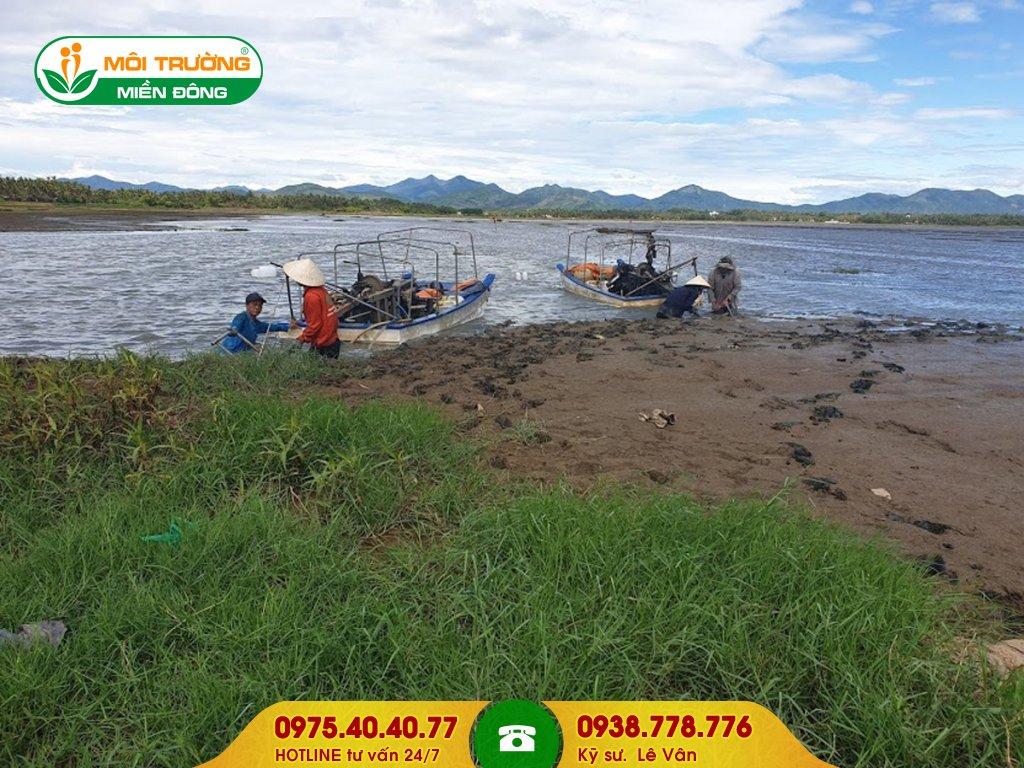 Đội thợ nạo vét sông ngòi cầu cảng