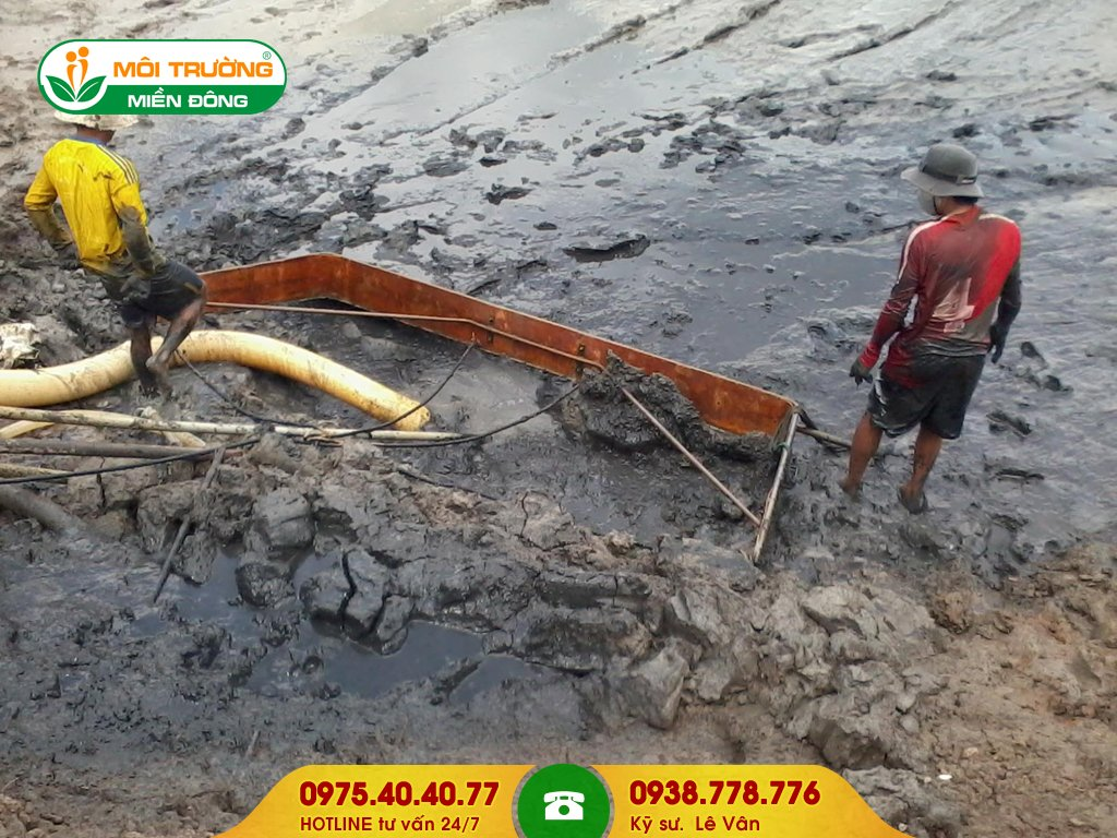 Đội thợ hút bùn vi sinh nhà máy